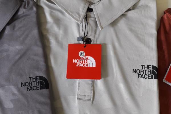 หมวก Under Armour , เสื้อคอปก North Face , กางเกงขาสั้น PGA , Ol